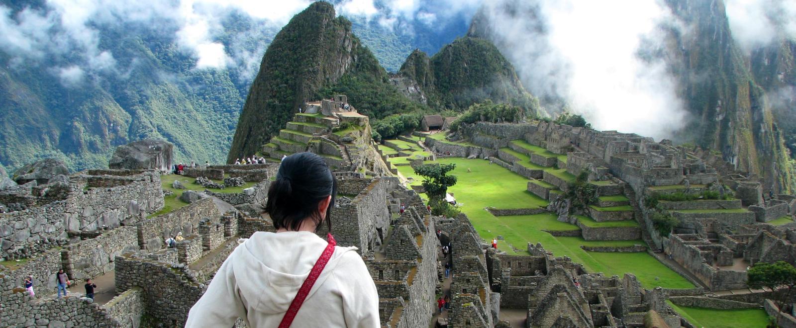 Une voyageuse observe le Machu Picchu lors de son voyage de découverte au Pérou avec Projects Abroad.